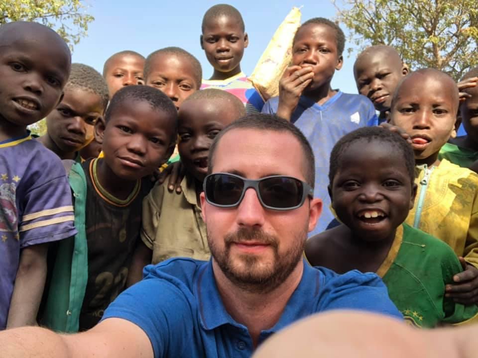 Br. Maciej z dziećmi