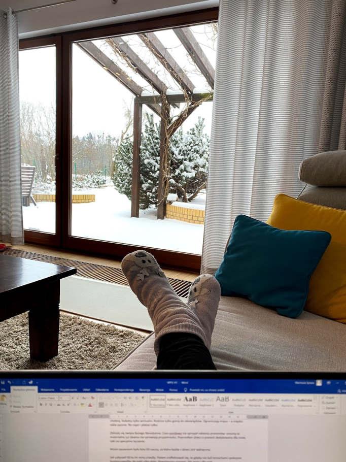 Siedzę na sofie w śnieżny dzień